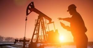 Carburanții nu se ieftinesc fiindcă deprecierea dolarului este compensată de scumpirea petrolului