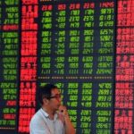 În România, Bursa de la Bucureşti a deschis pe roşu, după unda de şoc din SUA/ Indicele Dow Jones, cea mai mare scădere de la criza financiară/ Bursele din Asia, afectate. Pieţele bursiere din Europa se pregătesc de căderi masive