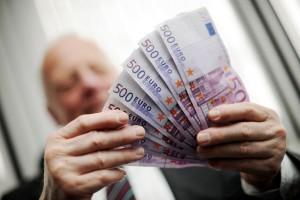 Majoritatea băncilor europene vor creşte salariile, din cauza limitării bonusurilor impuse de UE