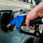 """Pretul la pompa pentru benzina si motorina va trebui sa scada cu 36 de bani de la 1 ianuarie 2017. Supraaciza dispare, TVA coboara la 19%, iar """"taxa pe stalp"""" este eliminata"""
