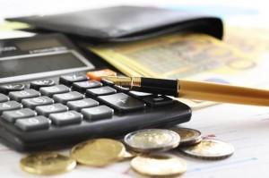 Guvernul va crește salariul minim brut la 1.900 lei, de la 1 ianuarie 2018, va scădea contribuţiile cu doar 2%, iar impozitul pe venit va fi redus la 10%. Contribuţia la Pilonul II va fi de 3,7%