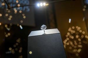 Cel mai mare diamant pur incolor din lume a fost vândut cu preţul record de 26,7 milioane de dolari
