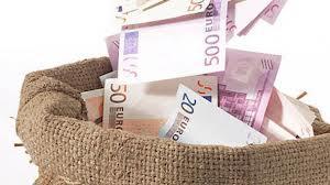 În T1 2014 companiile si populația au retras 2,6 mld. euro din economiile plasate la bănci