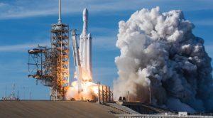 SpaceX cu Falcon Heavy: cum își întrece concurența de trei ori